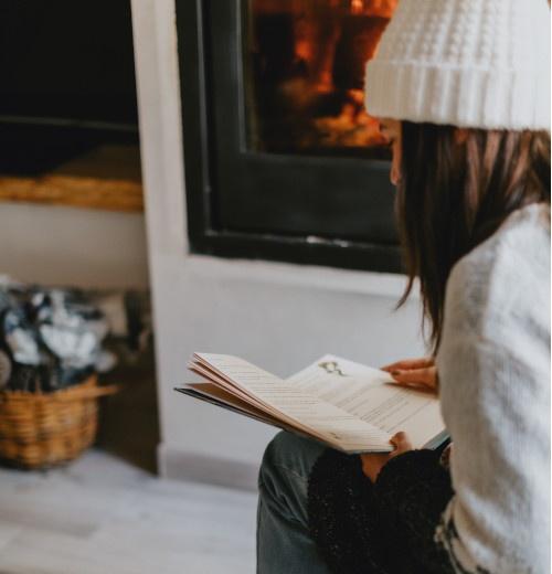 Leyendo en la chimenea