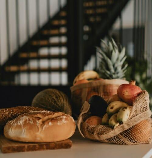 Frutas y pan fresco