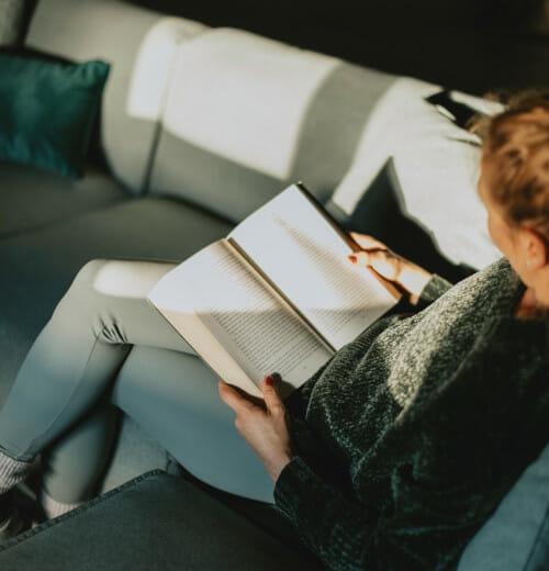 Leyendo en el sofá