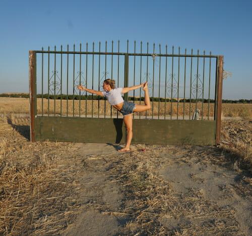 Sara practicando yoga en el entorno